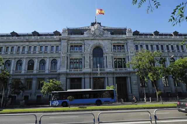 Bandera de España a media asta en la sede del Banco de España.