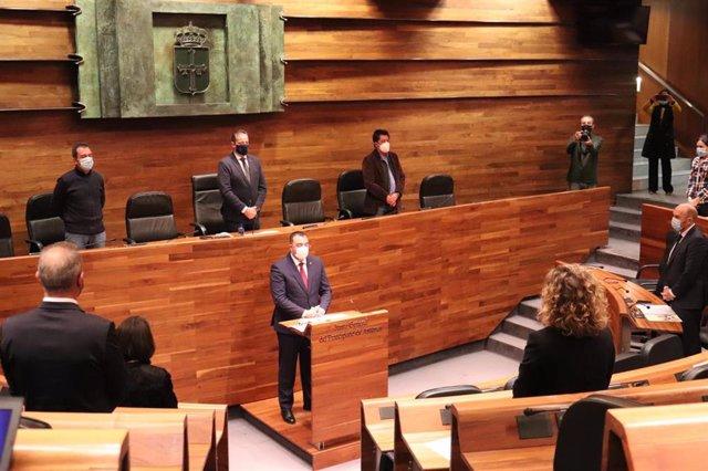 Adrián Barbón durante el minuto de silencio en memoria de las víctimas de la Covid.