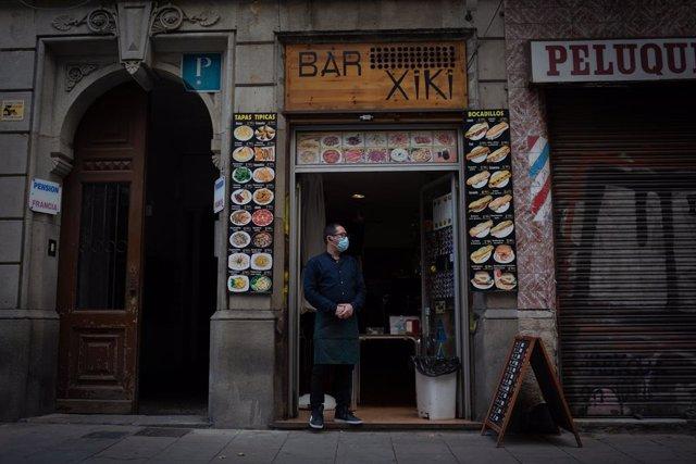 Un cambrer d'un bar durant el tercer dia de l'entrada en vigor de les noves restriccions a Catalunya. Barcelona, Catalunya (Espanya), 19 d'octubre del 2020.