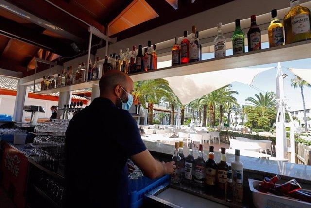 Un camarero en el bar de un hotel de Alcúdia.