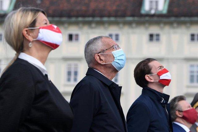 La ministra de Defensa de Austria, Klaudia Tanner, el presidente del país, Alexander Van der Bellen, el canciller, Sebastian Kurz, y el alcalde de Viena con mascarilla en un acto de graduación en la capital de Austria