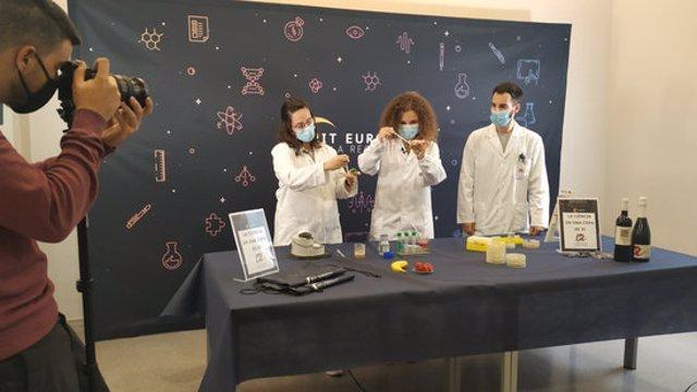Pla general dels tallers científics que investigadors de Tarragona han gravat per poder seguir a partir del 27 de novembre dins La Nit Europea de la Recerca. Imatge del 27 d'octubre del 2020 (horitzontal)