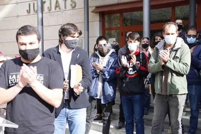 Pla mitjà dels quatre independentistes citats a declarar a Reus per mobilitzacions i aldarulls post-sentència -entre els quals Edgar Fernàndez-, aplaudint en sortir dels jutjats amb presència del seu advocat. Imatge del 27 d'octubre de 2020. (Horitzontal)