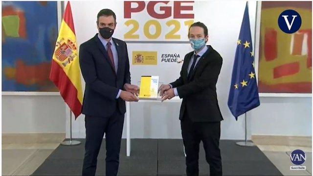 El president del Govern central, Pedro Sánchez, i el vicepresident segon i ministre de Drets Socials i Agenda 2030, Pablo Iglesias, durant un acte de presentació a La Moncloa de les claus de l'avantprojecte de llei dels pressupostos generals de l'Estat.