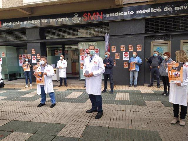 Concentración de médicos frente al Sindicato Médico de Navarra.