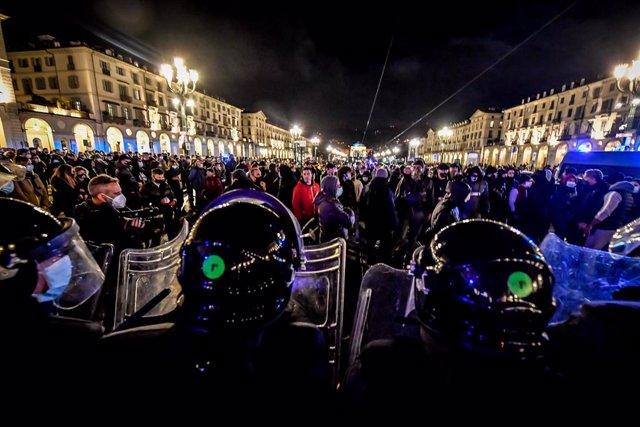 Coronavirus.- Detenidos y destrozos en una nueva noche de protestas en Italia co