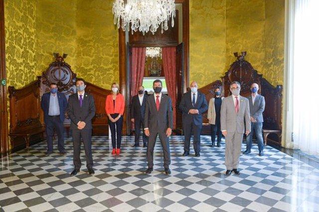 Foto de grup amb els consellers Calvet i Tremosa de l'acte de presentació de l'informe el 27 d'octubre de 2020. (Horitzontal)