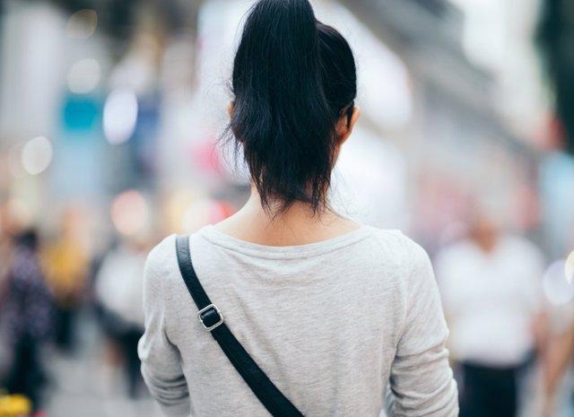 Mujer de espaldas en la ciudad.