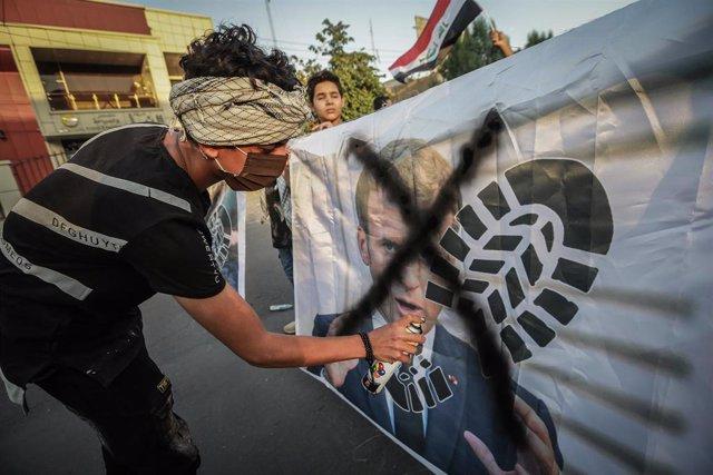 Una protesta en Irak contra el presidente de Francia, Emmanuel Macron, por sus declaraciones sobre las caricaturas de Mahoma