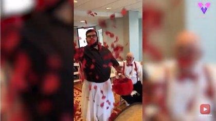 El hermano del novio sorprende llevando tutú y arrojando pétalos de flores en la boda de su hermano