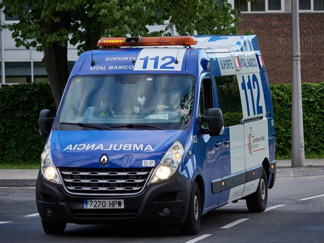 Una ambulancia del 112 entra en el Complejo Hospitalario de Navarra durante a Pandemia Covid-19  en Abril 28, 2020 en Pamplona, Navarra, España
