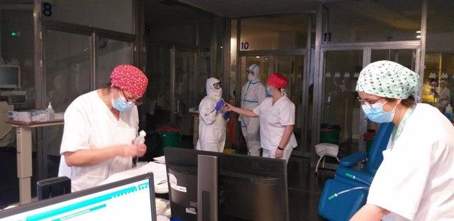 Profesionales UCI en el Hospital Virgen de las Nieves