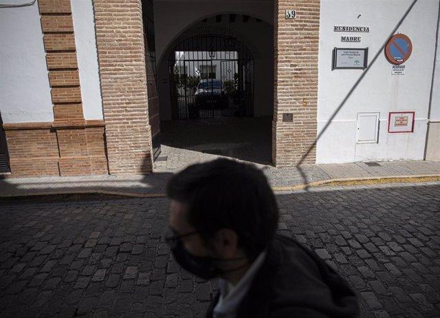 Fachada de la residencia Madre donde se ha registrado un brote con 25 casos confirmados de Covid en el pueblo sevillano de Écija, en el primer día en el que la Junta de Andalucía resolvió, mediante un boletín oficial (BOJA) extraordinario, que la restricc