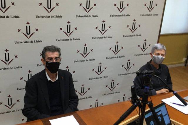 Pla mitjà del rector de la UdL, Jaume Puy, i la vicerectora d'Estudiants i Ocupabilitat de la UdL, Montse Rué, durant la roda de premsa virtual del 27 d'octubre del 2020. (Horitzontal)