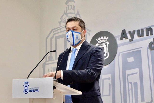 El portavoz del equipo de Gobierno del Ayuntamiento de Huelva, Francisco Baluffo, en rueda de prensa.