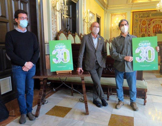 Pla sencer de l'alcalde de Lleida, Miquel Pueyo, amb els tinents d'alcalde Toni Postius i Sergi Talamonte, durant la presentació de Lleida Ciutat 30, el 27 d'octubre del 2020. (Horitzontal)