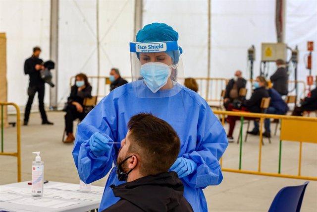 Una sanitaria realiza un test de antígenos en la en la carpa de la Malvaloca, en la zona básica de Sierra de Guadarrama