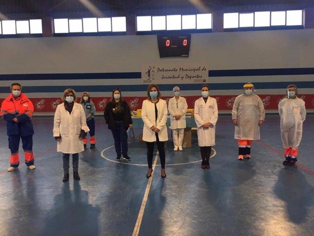 La delegada de Salud, Trinidad Rus, con el equipo sanitario encargado de realizar los test rápidos en Baeza