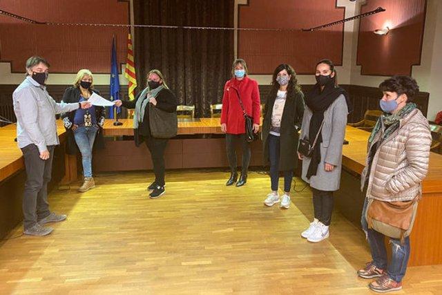 Pla general dels centres d'estètica i massatges que aquest 27 d'octubre s'han reunit amb l'alcalde de Ripoll. (horitzontal)