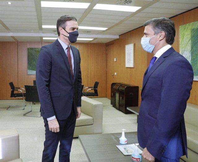 El presidente del Gobierno y secretario general del PSOE, Pedro Sánchez (i), durante su reunión con el opositor venezolano en Leopoldo López