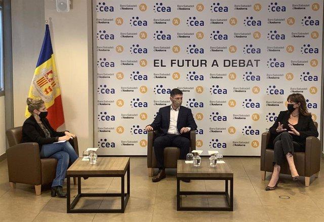 La periodista Noemí Rodríguez, Marc Saladie, fundador de Replayers, y Sònia Yebra, directora general de Gallery.