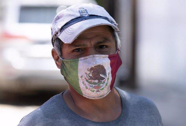 Un hombre con una mascarilla con la bandera de México en Ciudad de México.