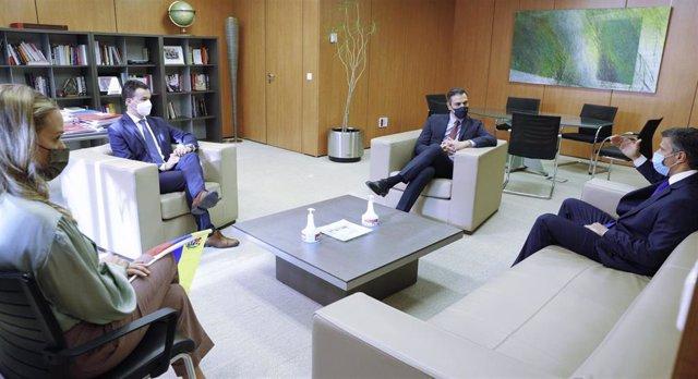 El presidente del Gobierno y secretario general del PSOE, Pedro Sánchez (3i) y el opositor venezolano en Leopoldo López (d), durante una reunión organizada en la sede socialista de la calle Ferraz, en Madrid (España), a 27 de octubre de 2020. Sánchez ha r