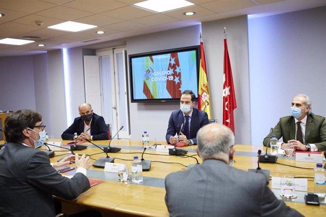 (I-D) El viceconsejero de Salud Pública y Plan COVID-19 de la Comunidad de Madrid, Antonio Zapatero; el vicepresidente, consejero de Deportes, Transparencia y portavoz, Ignacio Aguado; y el consejero de Sanidad de la Comunidad de Madrid, Enrique Ruiz Escu