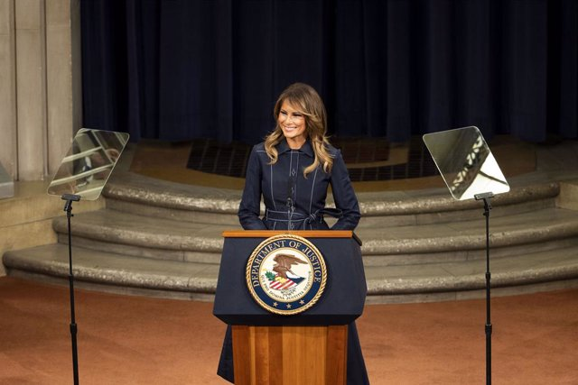 """EEUU.- Melania Trump acusa a los demócratas de anteponer """"sus agendas"""" al """"biene"""