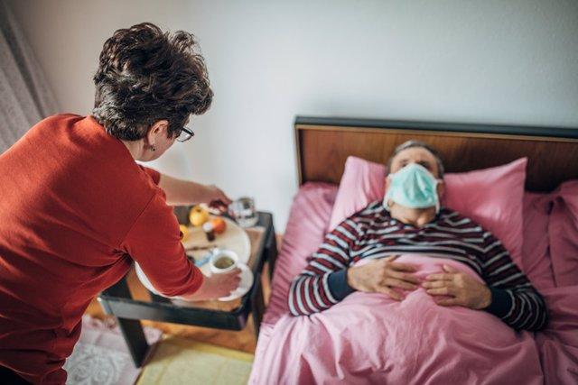 Mujer maor cuidando de hombre mayor.