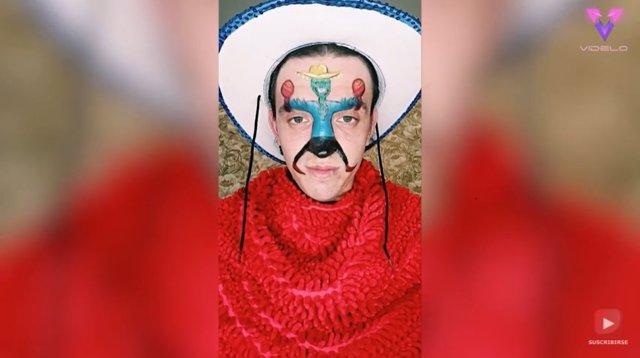 Este hombre hace que los personajes pintados en su cara cobren vida utilizando sus expresiones para hacerlos bailar