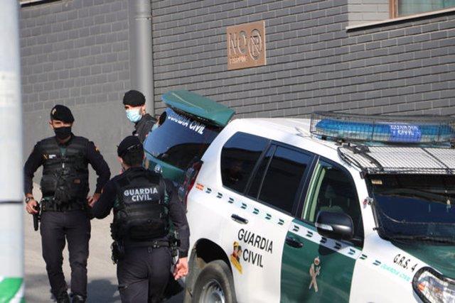 Pla mitjà dels efectius de la Guàrdia Civil fent un escorcoll a l'empresa Events a Igualada. Imatge del 28 d'octubre del 2020. (Horitzontal)