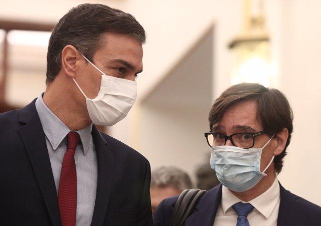 El presidente del Gobierno, Pedro Sánchez (i), y el ministro de Sanidad, Salvador Illa, a su llegada a una sesión de control al Gobierno en el Congreso.