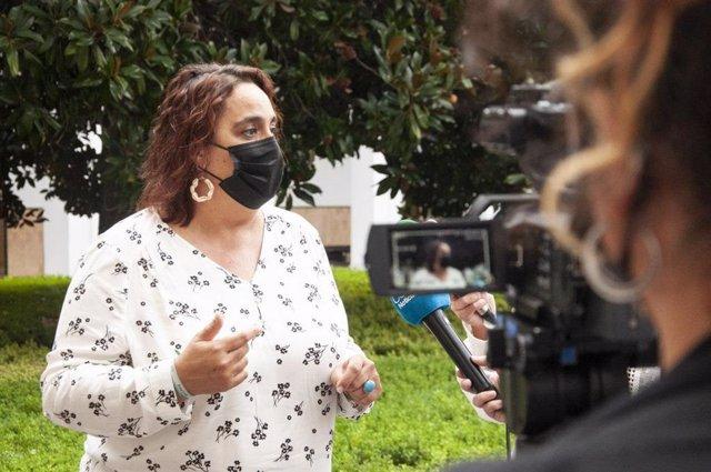 La portavoz adjunta de Adelante Andalucía en el Parlamento andaluz, Ángela Aguilera, en una atención a medios (Foto de archivo).