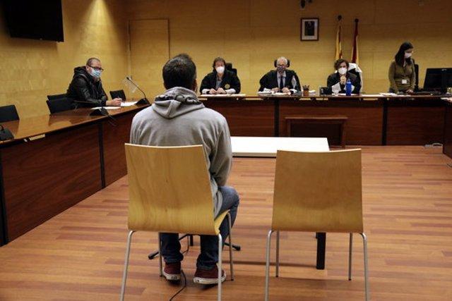 D'esquenes, el condemnat per una agressió sexual a Palafrugell. Foto del judici del 28 d'octubre del 2020 (horitzontal)