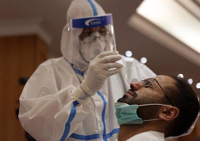 Un doctor realitza una prova de coronavirus a un home al Líban