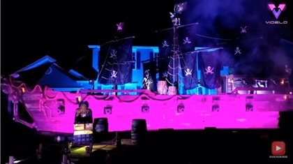Un padre recrea un barco pirata de 15 metros para complacer a sus hijas por Halloween