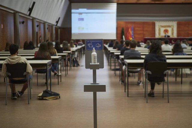 Aula Mayor donde los alumnos del primer curso de grado se sientan distanciados durante la apertura del curso 2020-2021 en la UPNA