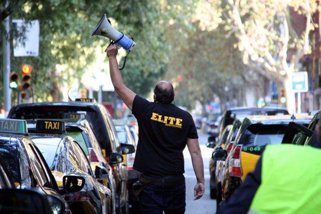 Pla mitjà de la concentració de taxistes davant la Conselleria de Territori i Sostenibilitat. Imatge del 28 d'octubre de 2020. (Horitzontal)
