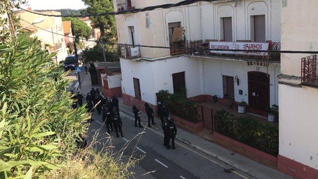Pla general dels agents a l'exterior de la Casa Buenos Aires. Imatge del 28 d'octubre del 2020.