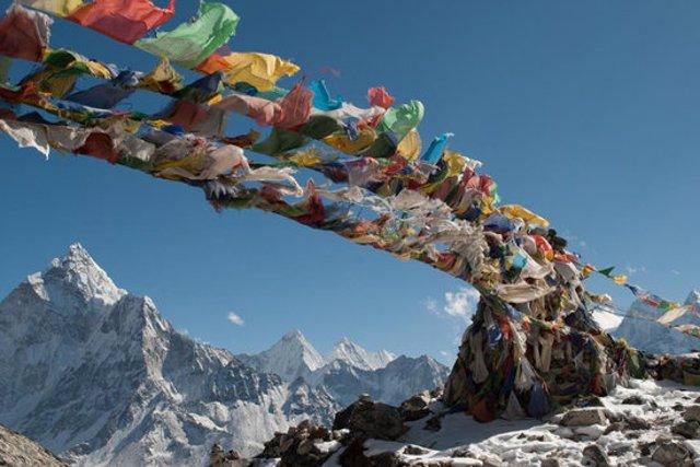 Pla general d'una imatge de cintes volant al Tibet en la promoció de l'espectacle inaugural del festival BBVA de Cinema de Muntanya de Torelló el 28 d'octubre del 2020. (horitzontal)