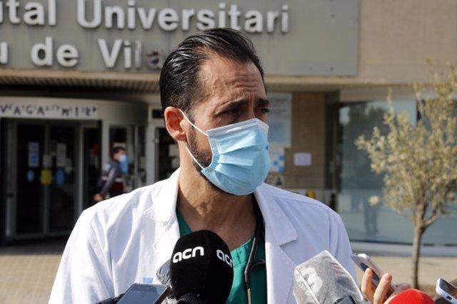 Pla mitjà on es pot veure el doctor José Luis Morales, responsable de palnta covid-19 a l'Hospital Arnau de Vilanova de Lleida, atenent als mitjans de comunicació, el 28 d'octubre de 2020. (Horitzontal)