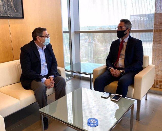 El vicepresidente primero de la Diputación de Málaga, Juan Carlos Maldonado, y el alcalde de Vélez, Antonio Moreno Ferrer, en una reunión.