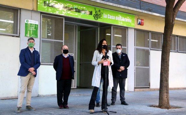 Imatge de la roda de premsa que els socialistes han fet el 28 d'octubre de 2020 davant l'escola bressol La Casa dels Arbres de l'Hospitalet. (Horitzontal)