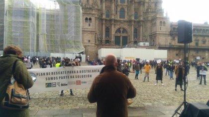 Centos de persoas claman en Santiago contra as restricións á hostalaría e esixen un plan de rescate