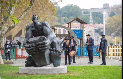 Ayuntamiento de Bilbao reubica en el Campo Volantín la escultura de Jesús Lizaso 'Hombre vence al hierro. Tuercebarras'