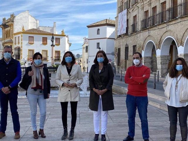 Dolores López con la alcaldesa de Baena, Cristina Piernagorda, los concejales del Grupo Popular y la secretaria general del PP cordobés, María Luisa Ceballos.