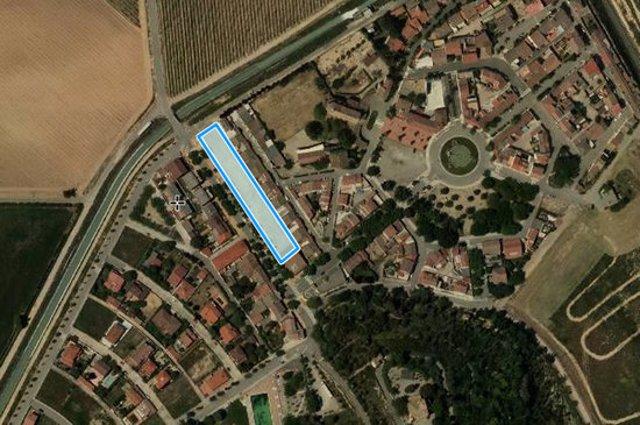 Imatge aèria de la zona que ocupen les parcel·les que posarà a la venda el celler de Raimat per a joves del poble. (Horitzontal)