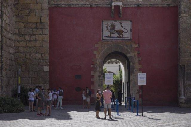 Turistas y visitantes en la entrada al Real Alcázar