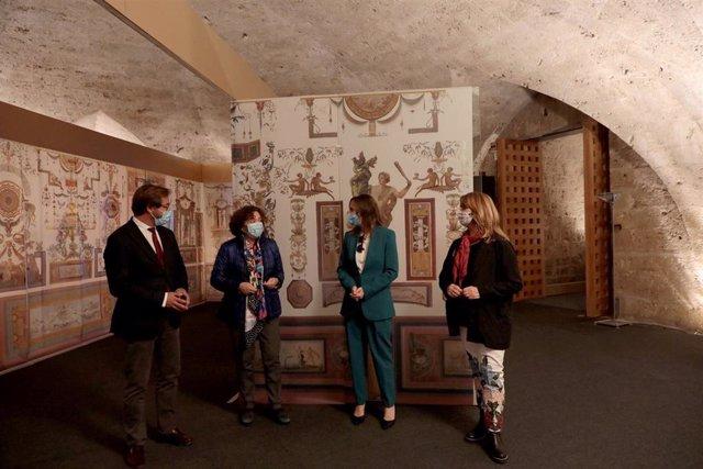 Visita de las instituciones a la exposición sobre las pinturas murales de las Habitaciones del Emperador en la Alhambra